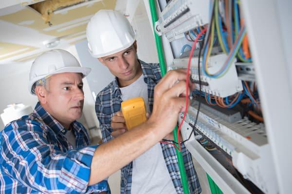 När ska du ringa en elektriker?
